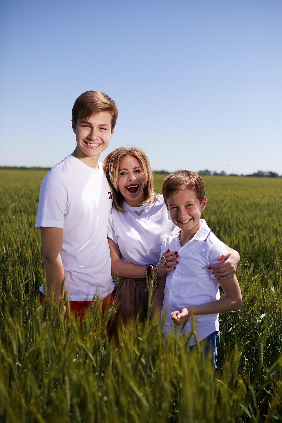 Наталья Еремеева со средним и младшим сыном