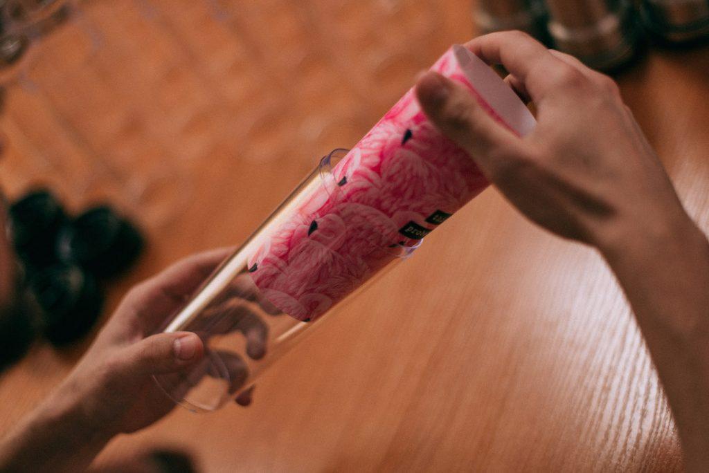 Сотрудничать решила с заводом в Китае: вместе с инженерами она доработала эскиз чашки, которая долго держала бы температуру и в то же время не обжигала руки. За первый месяц команда ZIZ продала более 100 чашек с авторскими принтами.