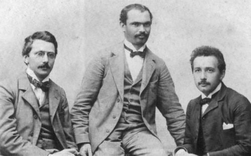 В 1902 г. Эйнштейн (крайний справа) основал «Академию Олимпа» с двумя друзьями. На собраниях они обсуждали научно-философские труды. Три года спустя его работа «Год чудес» (Annus Mirabilis) сделала его известным на весь мир.