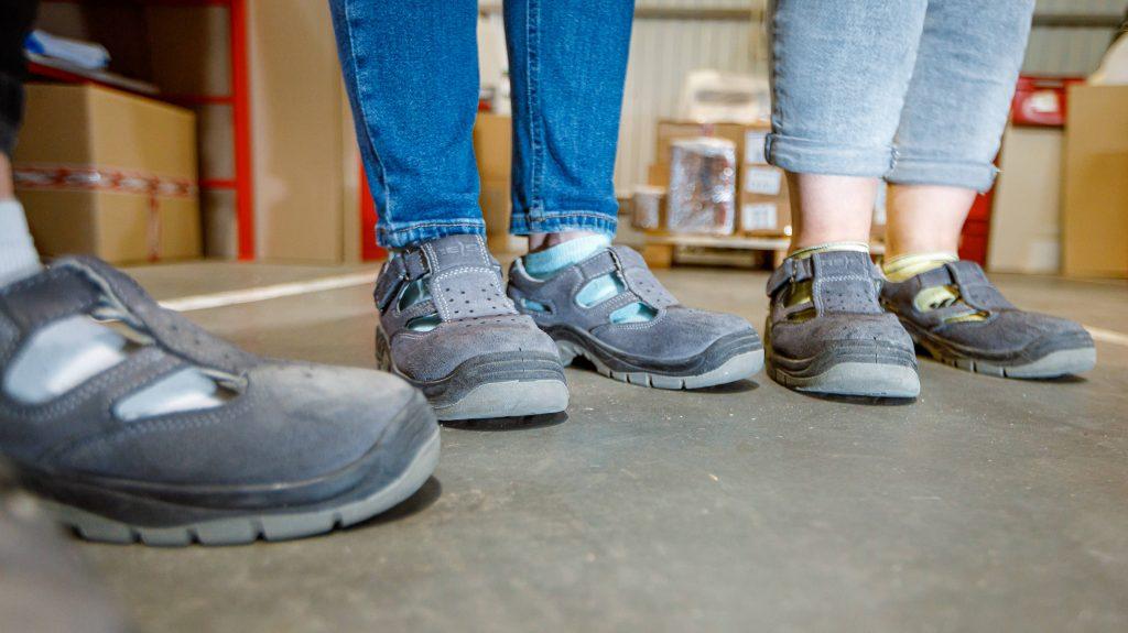 Я замечаю, что Наталия обута в странные серые тапочки, напоминающие смесь кроксов и сандалей. Такие же я видела на штабелере Жене. Заметив мой взгляд, Андрей Нестеренко рассказывает, что одинаковая обувь – это способ защитить сотрудников. В носки «сандалий» вшита металлическая пластина – если на ногу наедет техника или что-то упадет, она не пострадает. Андрей гордо сообщает, что цена одной пары такой обуви – около $100.