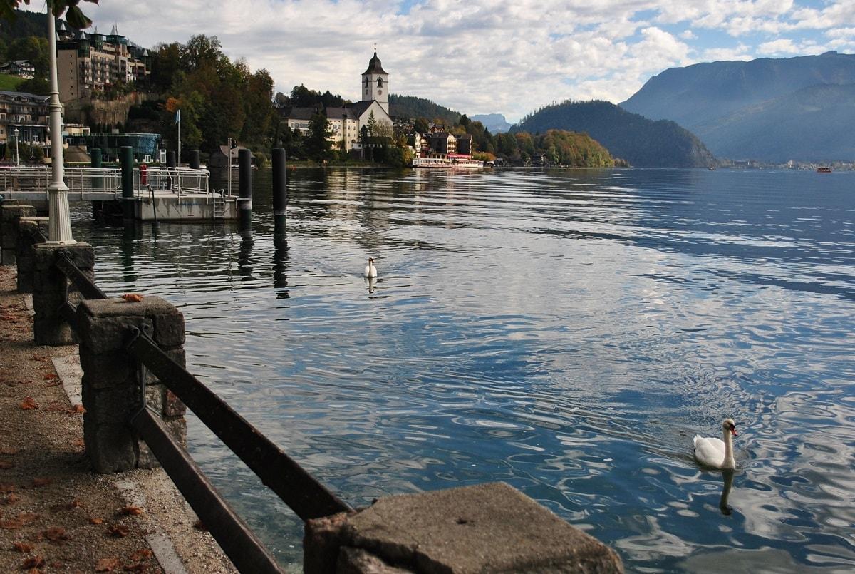 В Австрії є дуже чисті гірські озера, лижні курорти, виноградники