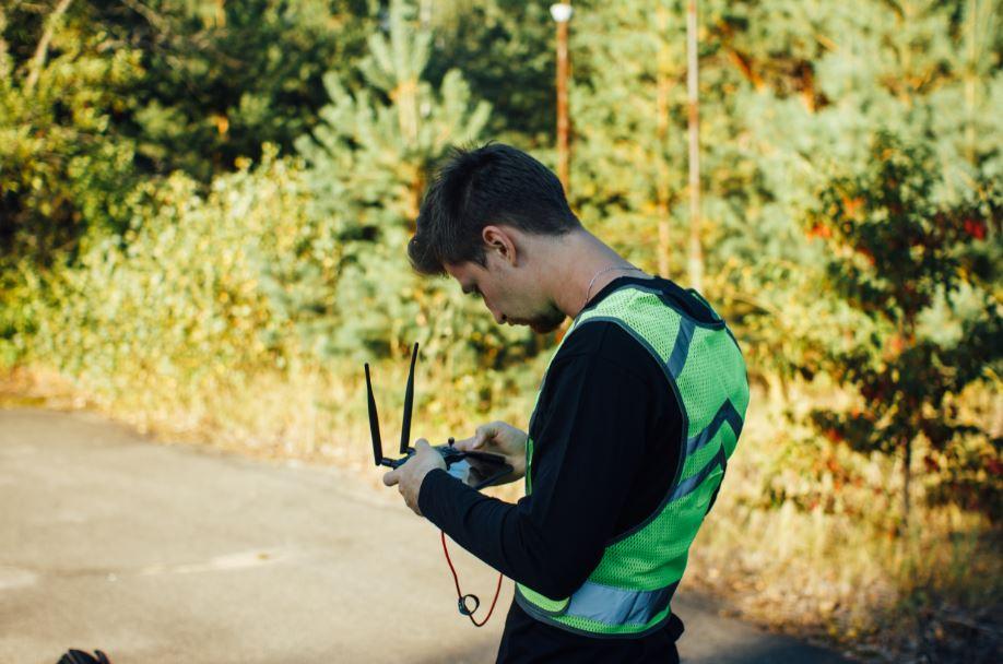 Один из членов команды управляет дроном, который снимает Колесо обозрения
