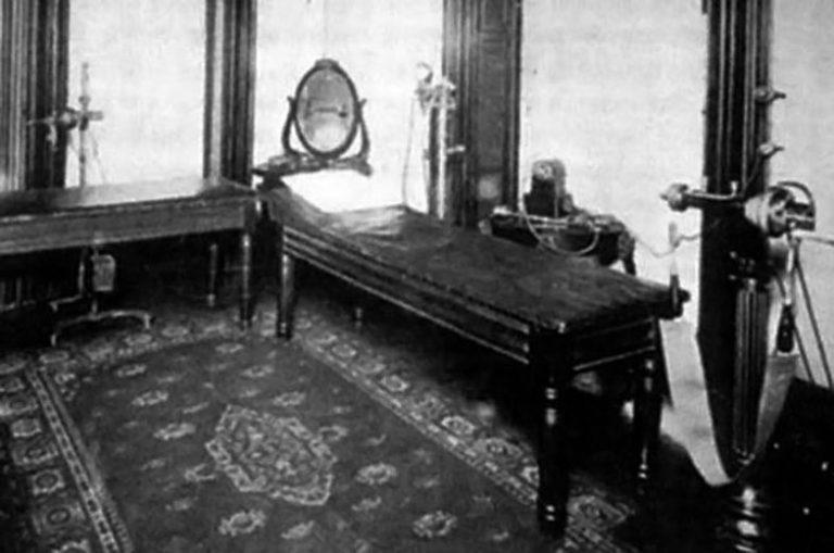 Кабинет врача с первым вибратором