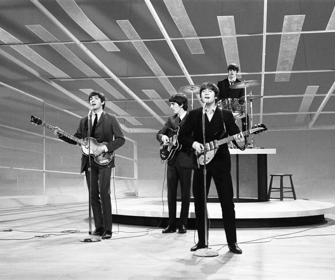 Джон Леннон, Пол Маккартни, Джордж Харрисон и Ринго Старр репетируют выступление на шоу Эда Салливана в 1964 году. Источник: Sotheby's