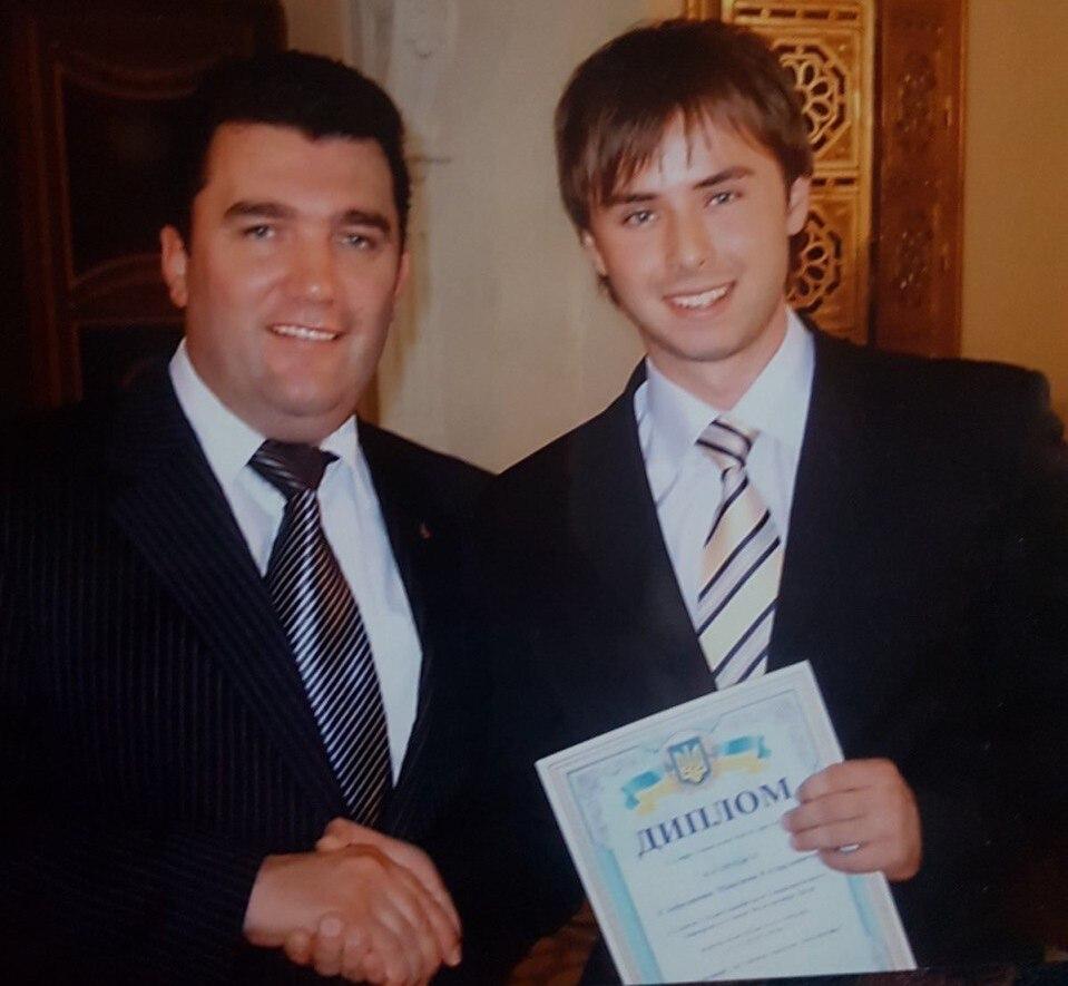 Губернатор Луганской области Алексей Данилов вручает Максиму диплом за вклад в науку
