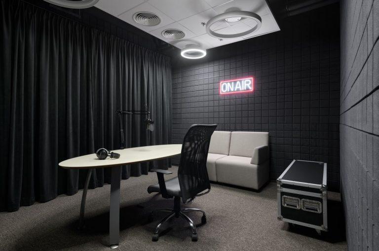 Студия звукозаписи – звуконепроницаемое помещение с оборудованием для записи подкастов и не только. Подходит для работы сидя и стоя.
