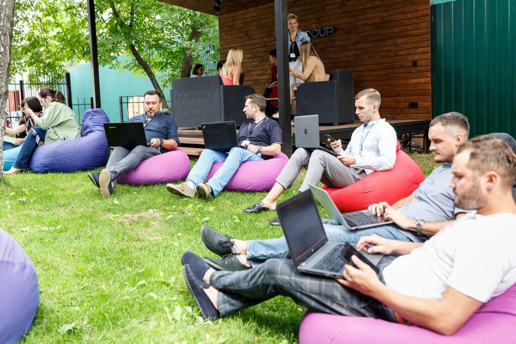 В Киеве наш офис находится в Голосеевском районе. Вокруг много зелени, во дворе есть большая беседка: там разбросали много пуфов и сделали лаунж-зону для работы и отдыха. Летом мы проводим в беседке собрания и переговоры, устраиваем посиделки.