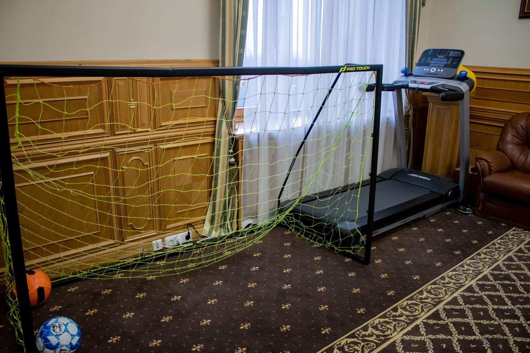 Футбольные ворота в кабинете министра. Фото: MC.today