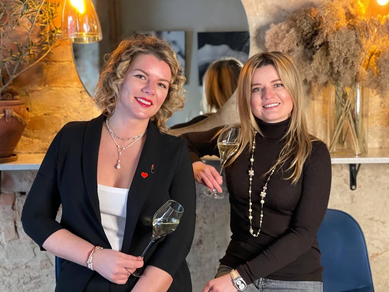 Ксения Капацина и Виктория Ромашкина, соосновательницы винного бара Sparkling Wine Gallery, 34 и 34 года