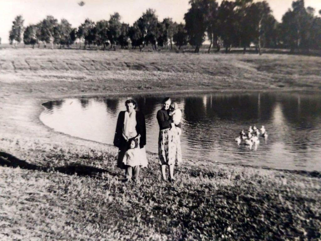 Фото 1960 года. Учительницы пения и русского языка и литературы Владимира Николаевича