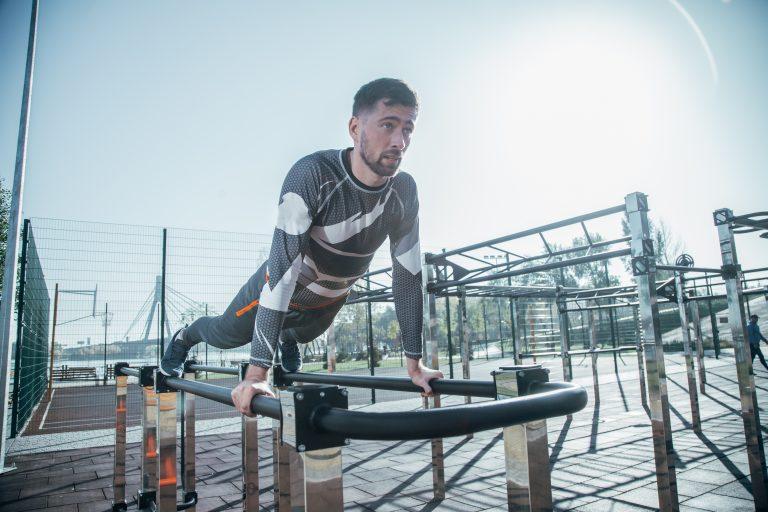 Как правильно тренироваться на улице в холодную погоду: инструкция от звездного тренера Ярослава Сойникова