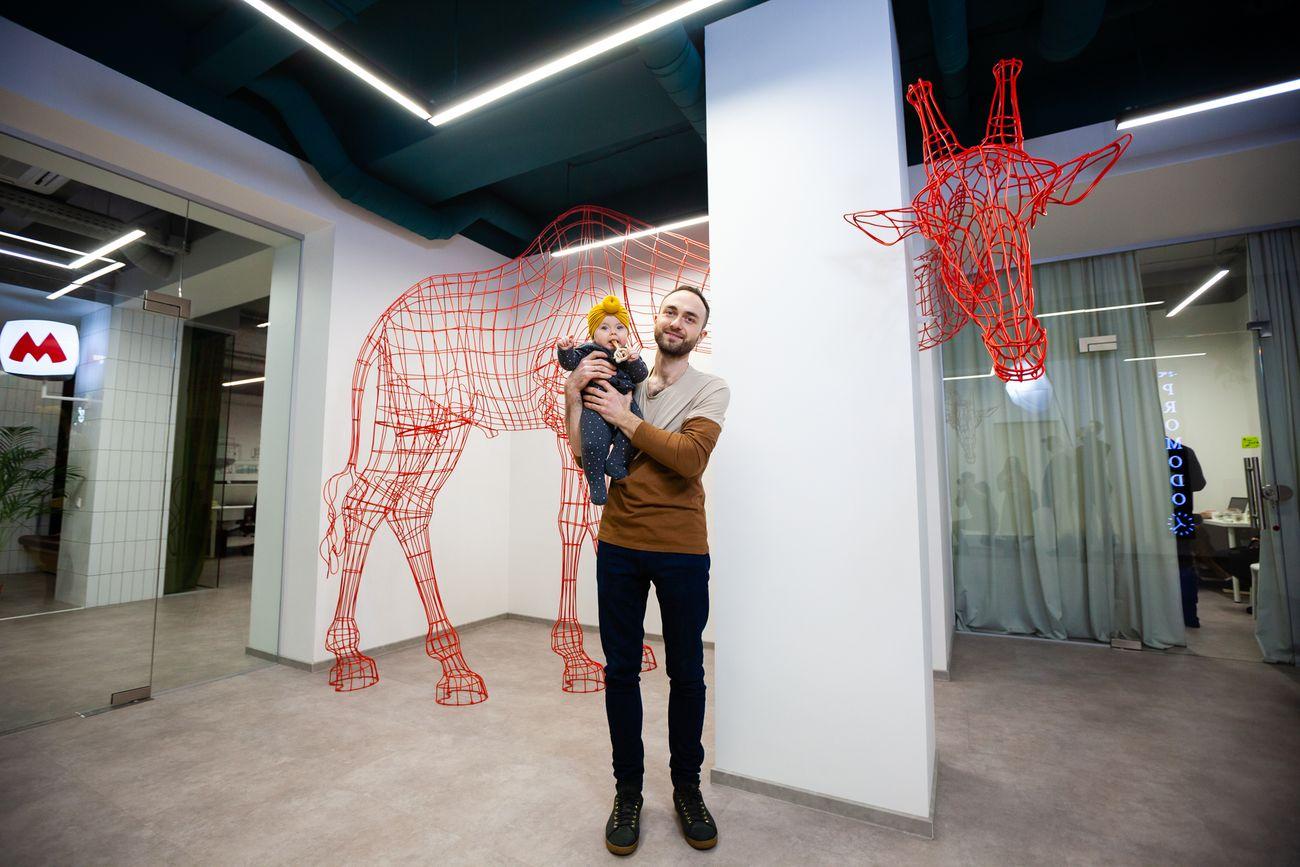 Макс Демченко и его скульптура жирафа в Promodo Hub