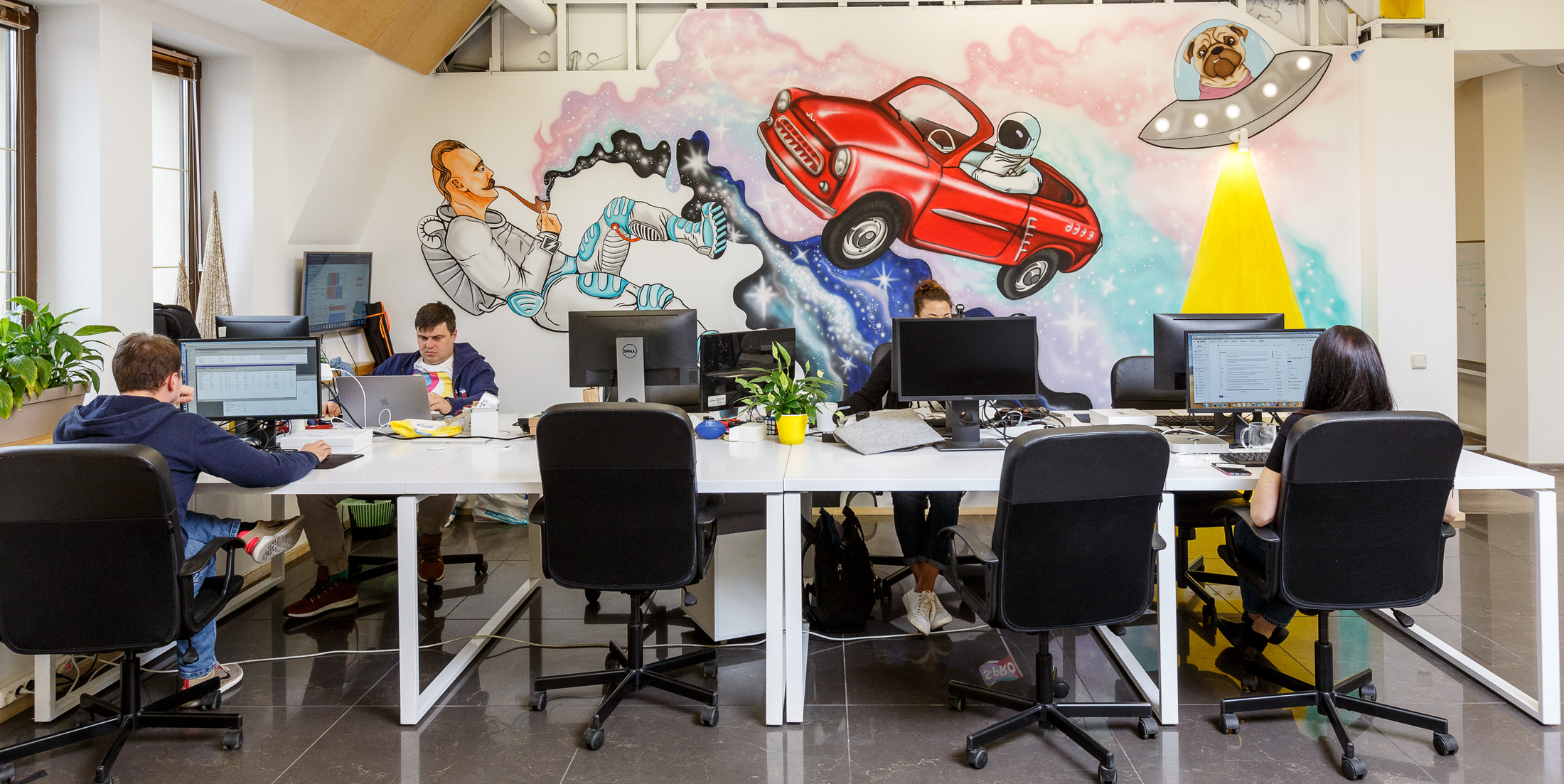 Сооснователи S-PRO родом из Запорожья, поэтому нам небезразлична судьба этого города. Многие IT-специалисты уезжают отсюда в Харьков, Днепр, Киев, Одессу. Из-за этого в городе сложно нанять опытных профессионалов, вроде технического директора. Поэтому мы купили самый крупный коворкинг в Запорожье, где проводим образовательные мероприятия и развиваем местное IT-сообщество.