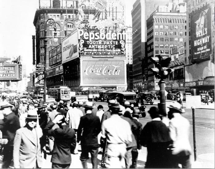 Ньй-Йорк 1930-х годов, борд с рекламой Coca-Cola. Источник: Business Insider