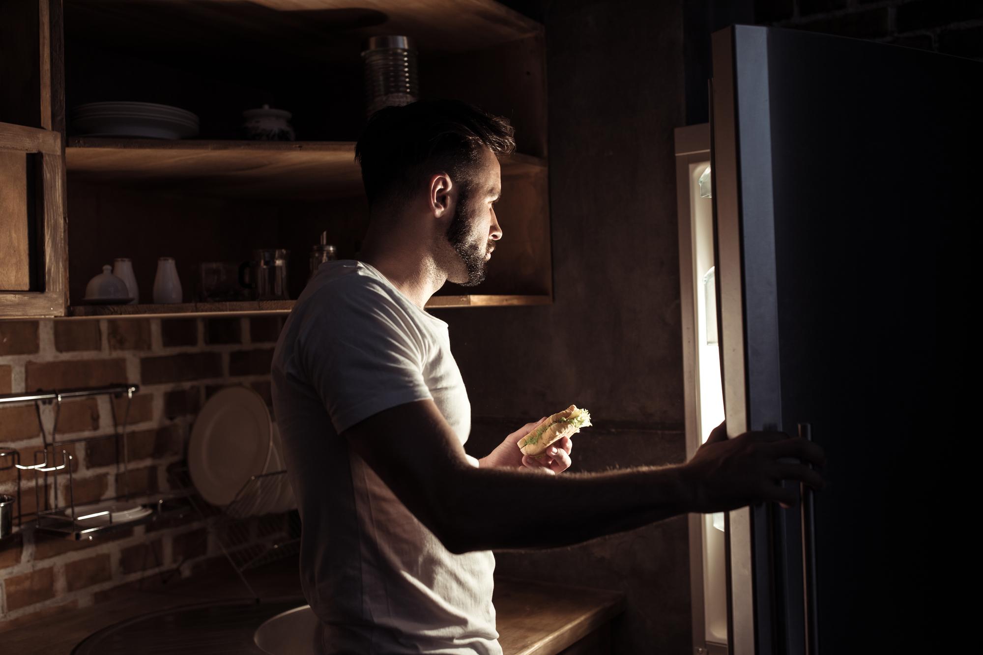 3 причины, почему ночью тянет на вкусненькое. Какими продуктами можно лакомиться ночью без вреда для здоровья и фигуры