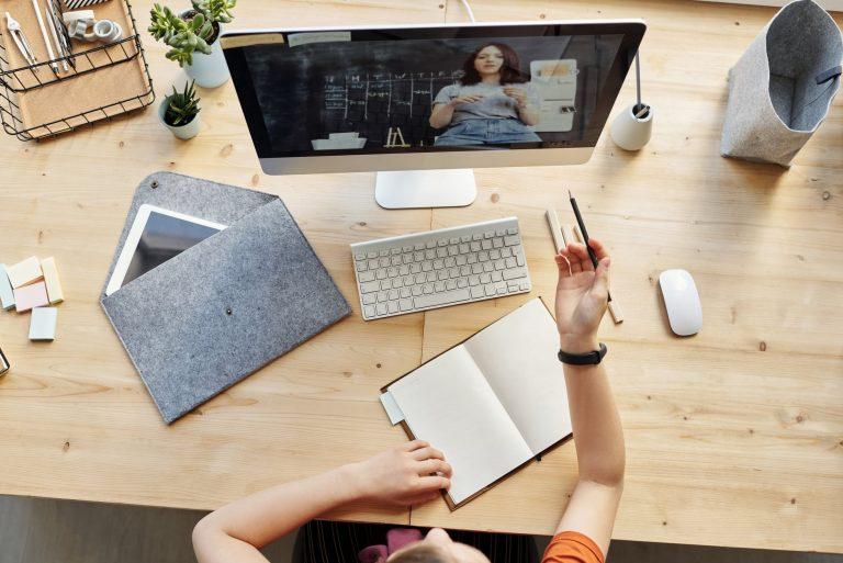 Дети могут учиться в IT-школах онлайн или очно. Если обучение проходит онлайн, понадобится только компьютер со стабильным подключением к Интернету. Когда занятия в офлайн-формате, школа сама предоставляет компьютеры с необходимыми программами и другие материалы, если они нужны.
