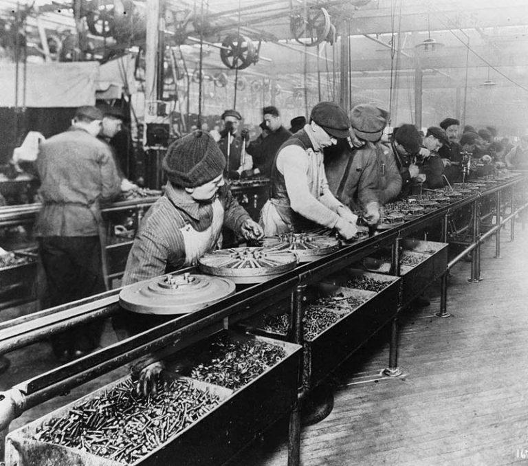 Конвейер на одном из заводов Форда. Источник: Wikipedia