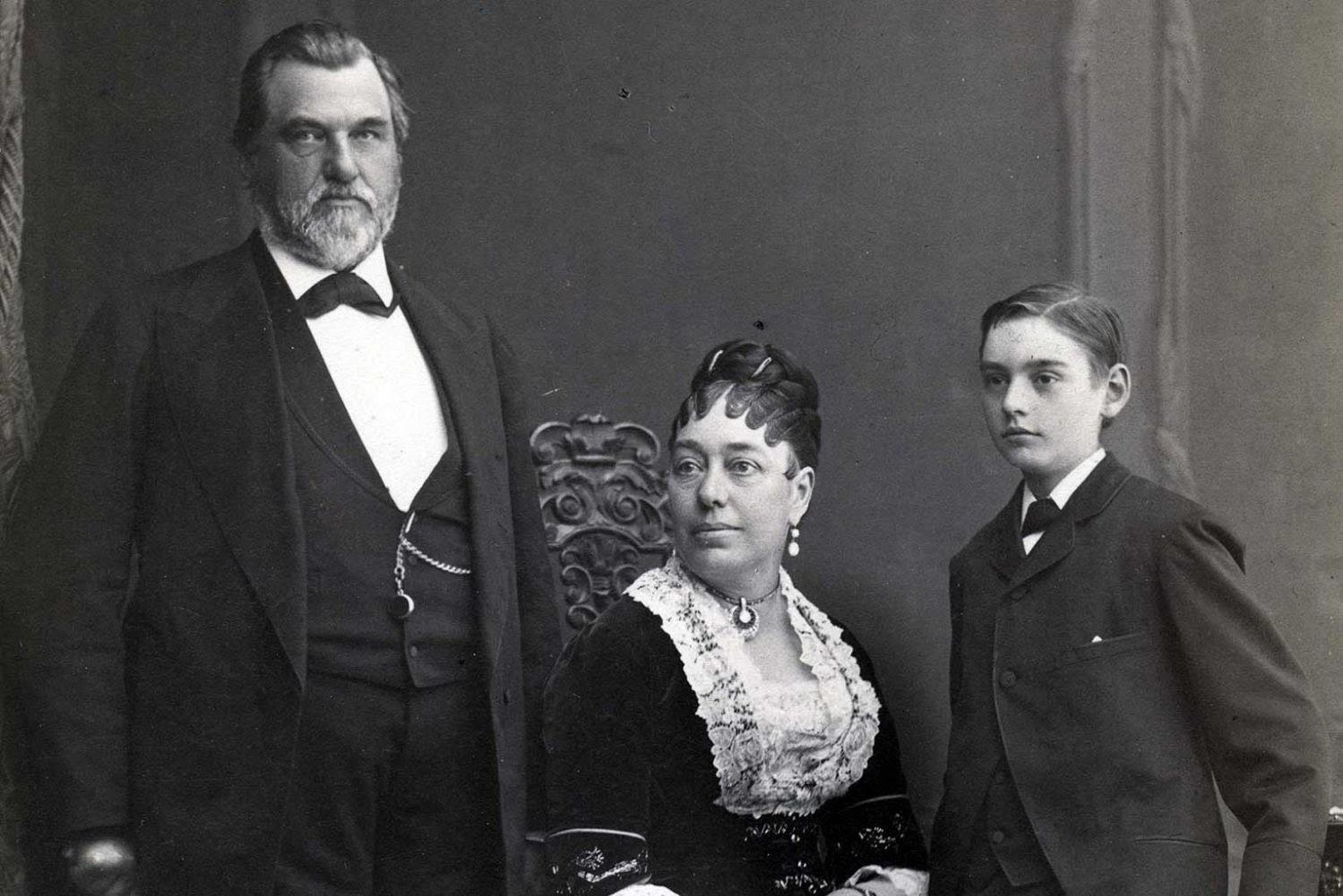 Леланд Стэнфорд, его супруга Джейн и сын Леланд-младший, 1878 год. Источник: Stanford University