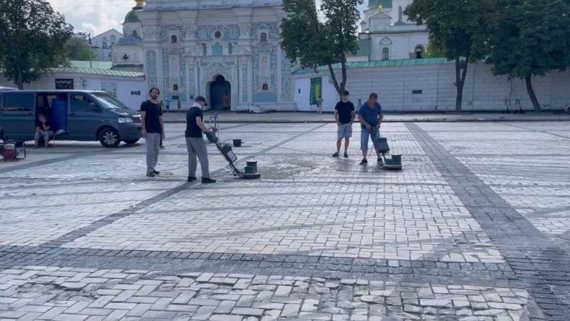 Активисты отмывают Софийскою площадь от следов шин