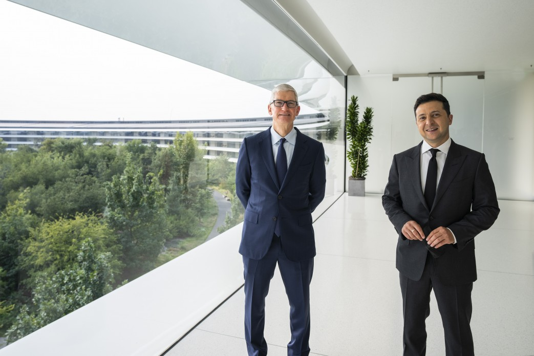 Глава Apple Тим Кук и президент Украины Владимир Зеленский